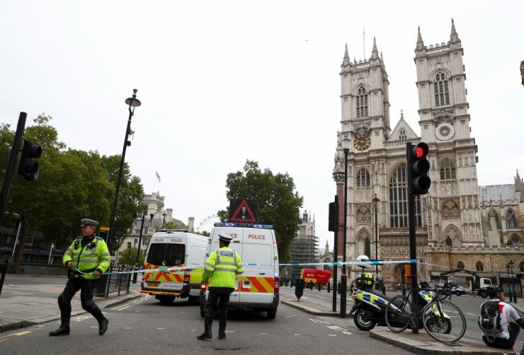 Briti parlamendi ees rammis auto jalakäijaid, kaks sai vigastada
