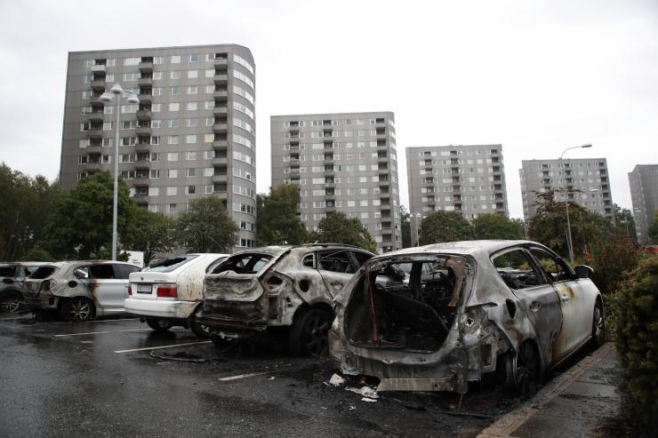 Rootsis süüdati ööl vastu tänast sadakond autot