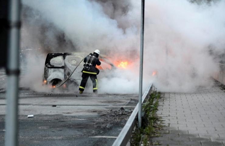 Rootsis süüdati öösel veel paar masinat