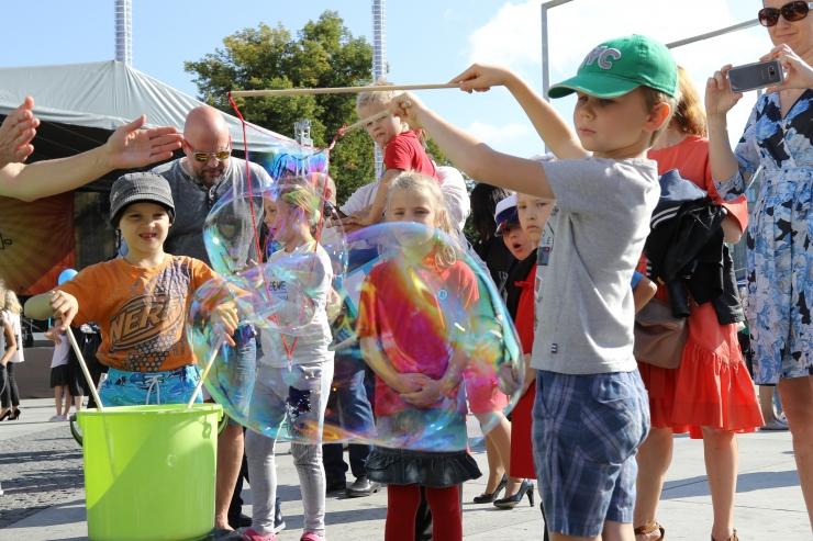 FOTOD JA VIDEOD AABITSAPEOLT: Lapsi lõbustasid Antsud, Liis Lemsalu ja teadusteater!