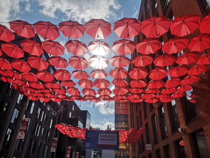 FOTOD! Rotermanni kvartal täitus veripunaste vihmavarjudega