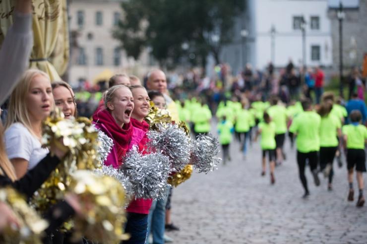 Sportlased ergutavad Tallinna Maratoni Sügisjooksu 10km rajal jooksjaid ja kõndijaid