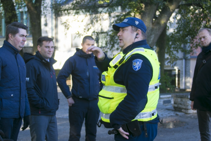 FOTOD JA VIDEO: Kesklinna valitsus alustas koos politseiga pealinna parkide ülevaatamist