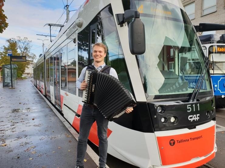 VIDEOD MUUSIKAPÄEVALT: Trammis number 4 esines akordionil klassikatäht Mikk Langeproon!