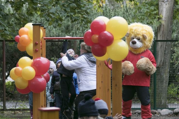 FOTOD JA VIDEO! Rukkilille lasteaed sai EV100 puhul linnalt kingiks tasakaaluraja