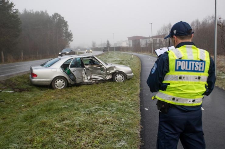 Politsei hoiatab: must jää on muutnud teed ohtlikult libedaks