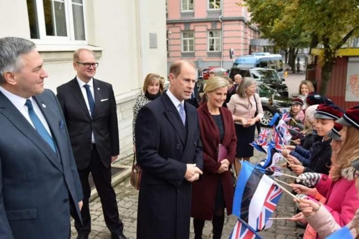 Eestis visiidil olevad Wessexi krahv ja krahvinna kohtusid Inglise Kolledži õpilastega