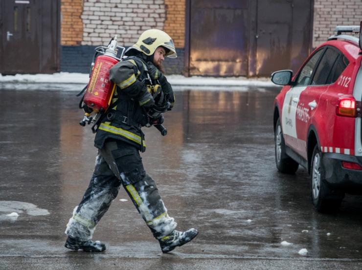 Tuletõrjujad päästsid põlevast korterist inimese