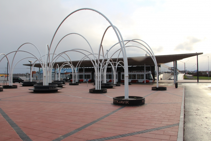 Tallinna õhuvärava esist ilmestab Lennujaama väljak