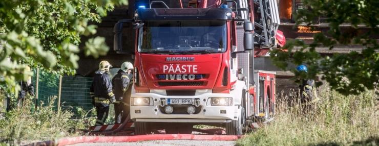 Tuletõrjujad päästsid Nõmmel leekides majast kolm inimest