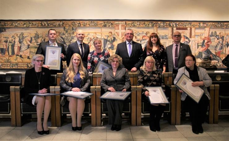 FOTOD JA VIDEO! Raekojas tunnustati Tallinna tänavuse aasta parimaid sotsiaaltöötajaid