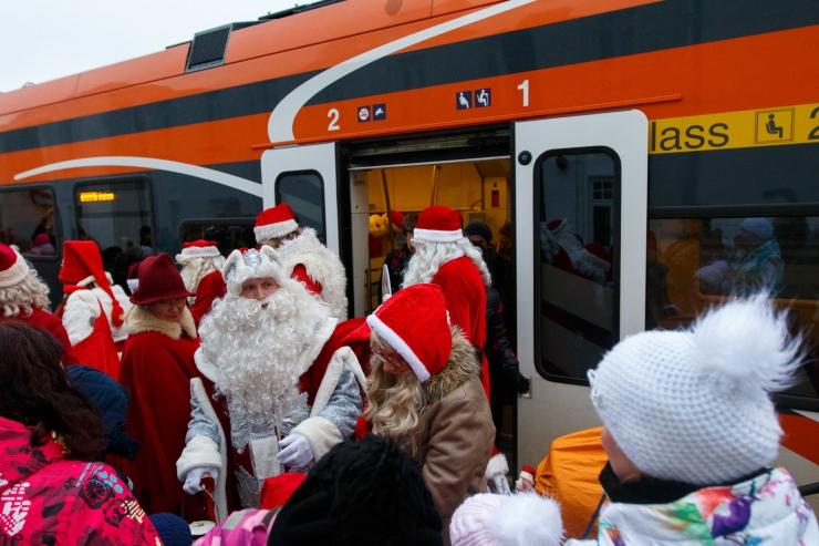 Elron tagab jõuluvanadele tasuta rongisõidu