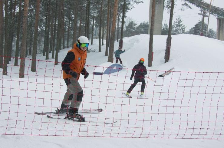 FOTOD! Nõmme lumepargis saab sportida uuel laskumisnõlval!