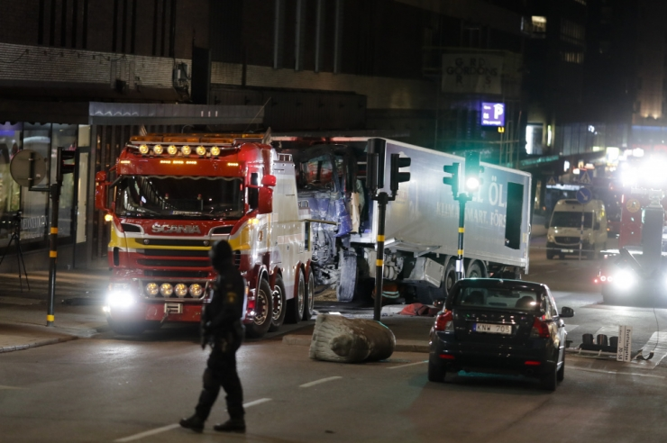 Põhja-Rootsis sai väikebussi ja veoki kokkupõrkes surma kuus inimest