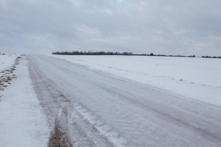 Teed on kohati jäised ja lumevaaludega