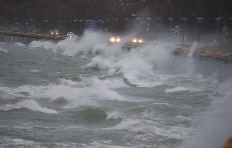 Põhja poole nihkuv tsüklon hoiab Läänemerel kolmemeetrist lainetust