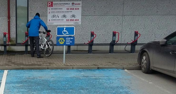 """Selveri parklate invakohad tähistati sildiga """"Võtad mu koha, võta ka puue"""""""