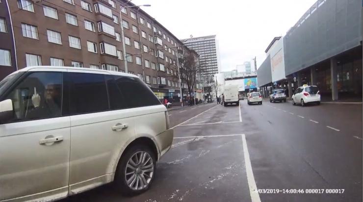 VIDEO: Liiklusrikkuja kostitab mupot keskmise sõrmega