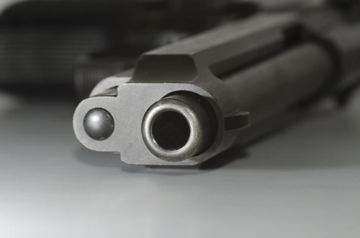 Järelevalveta autost leitud laetud relv jõudis lasteaeda
