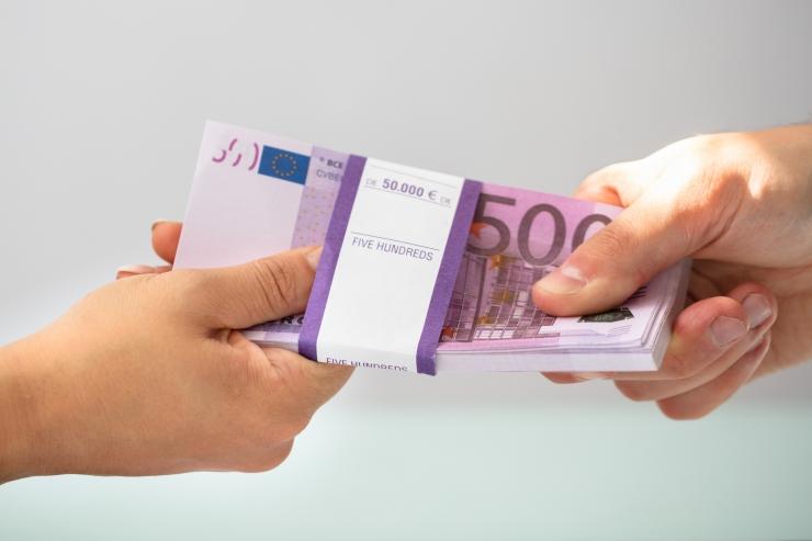Kahtlustus: Narva linnavolikogu liige võttis 60 000 eurot altkäemaksu