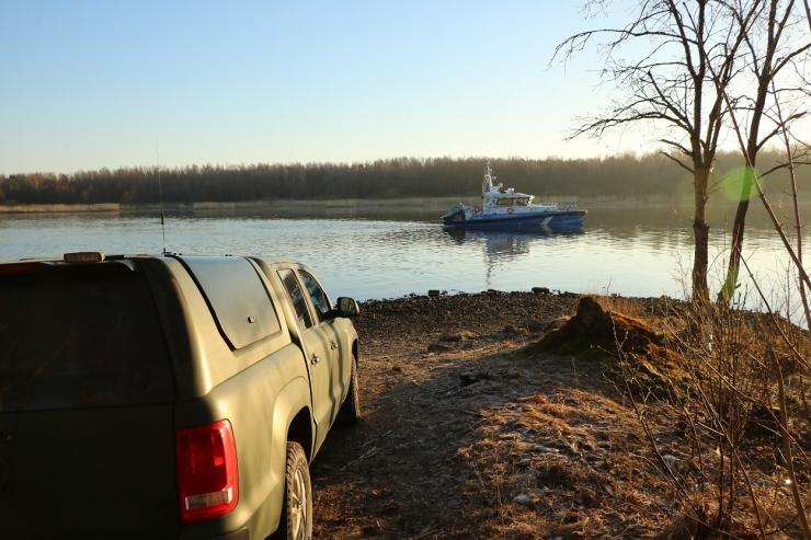 Ebaseaduslik piiriületaja hulpis Narva jões