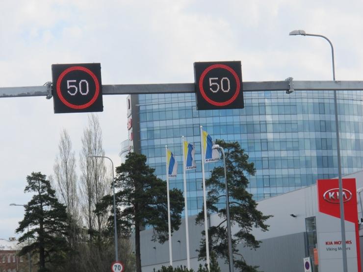 Tammsaare ja Tondi tänava ristmikul korraldavad liiklust elektroonilised liiklusmärgid