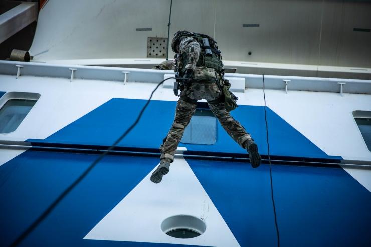 VIDEO: Kaitseväe ja PPA eriüksused harjutasid pardumist Tallinki laevale ja Hiiumaa praamile