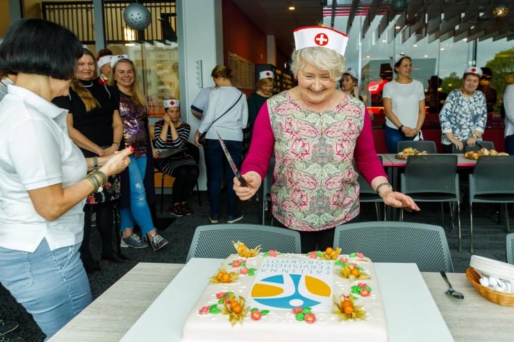 LÕBUS PILDIGALERII: Tallinna kooliõed tähistavad õdede päeva