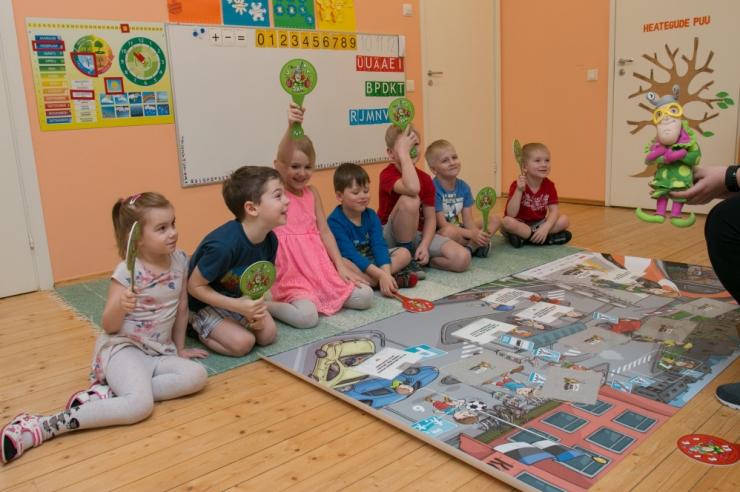 Tallinna lasteaiad saavad koolidelt kingituseks tegelustahvlid