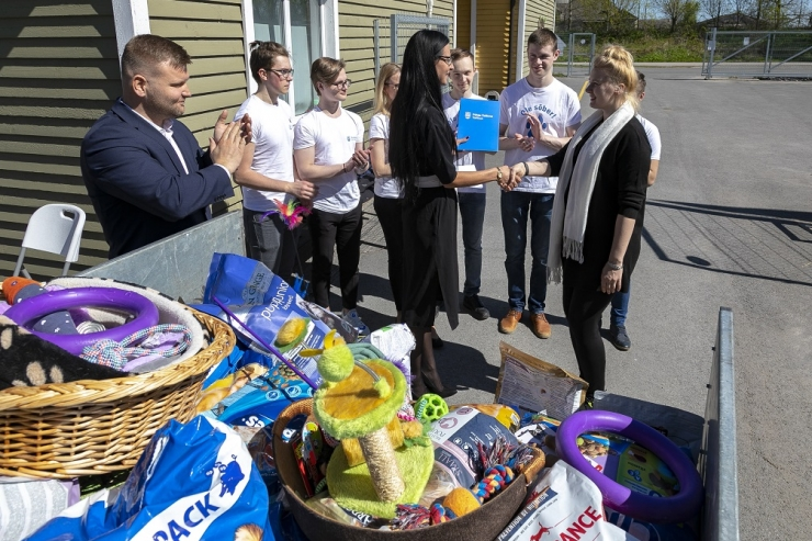 Noored kogusid kodututele loomadele haagisetäie annetusi
