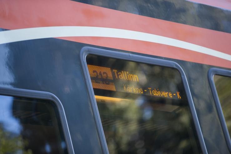 Tallinnas hukkus rongi alla jäänud jalgrattal ülesõitu ületanud mees