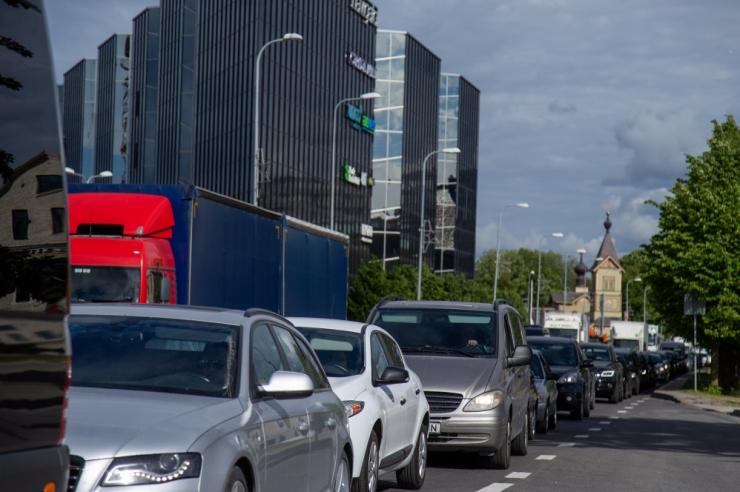 Uuring: 63 protsenti autojuhtidest tunnistab nutiseadme kasutamist