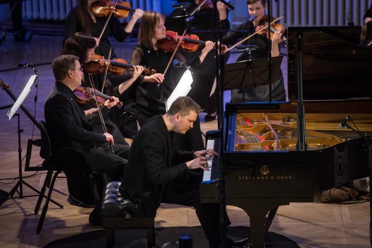 Mustpeade maja Steinway klaveril musitseerib Kalle Randalu