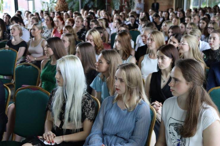 GALERII! Tallinn tunnustas parimaid gümnaasiumilõpetajaid