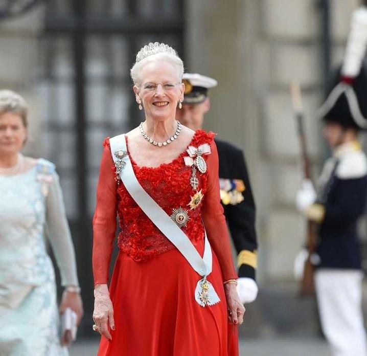 Taani kuninganna Margrethe II  kingib linlastele roosiaia