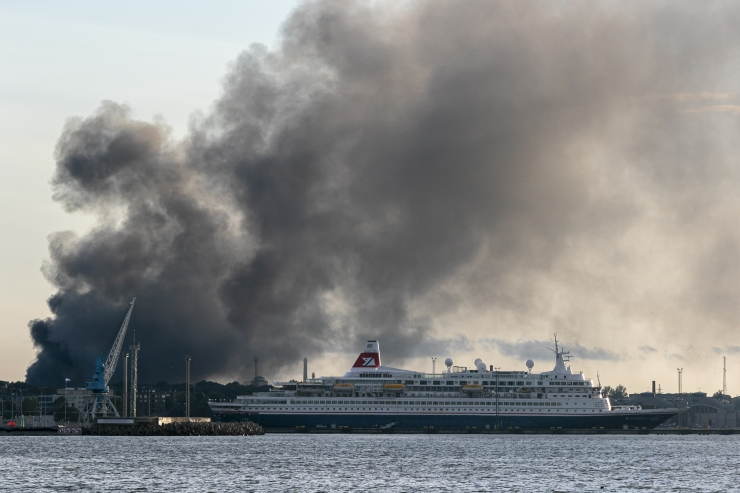 GALERII: Põhja-Tallinnas põles autoremondi töökoda