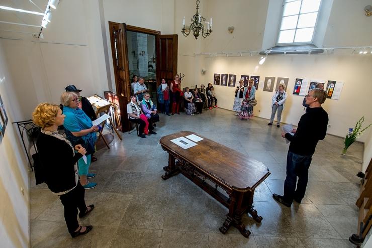 GALERII: Jaani kirikus avati vitraažikavandite näitus