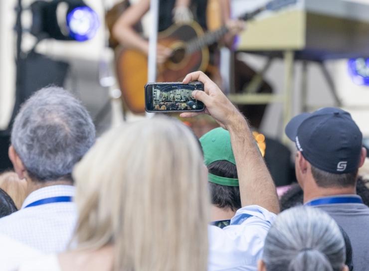 Ekspert hoiatab: mõtle enne, kui kontserdil kümneid pilte klõpsutad