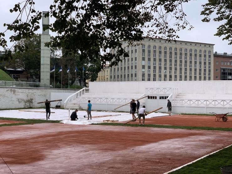 GALERII: Vabaduse väljaku kõrvale parkimisplatsile kallati 100 tonni tennisiiti