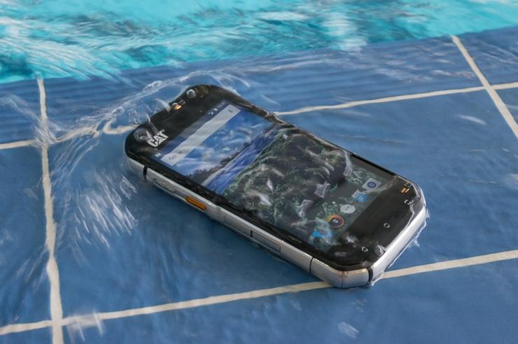 Ekspert hoiatab: 5 asja, mida mitte teha, kui telefon saab märjaks