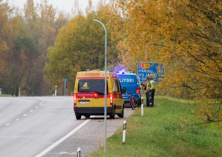 Tallinnas Õismäel sai rattur autolt löögi
