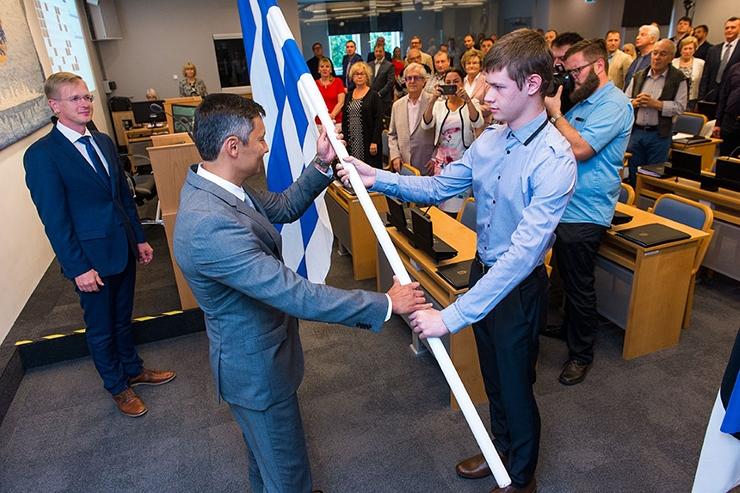 Linnapea kinkis volikogule Eesti ja Tallinna lipu