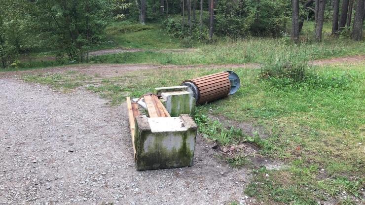 Sütiste parkmetsas lõhkusid vandaalid pinke ja prügikaste