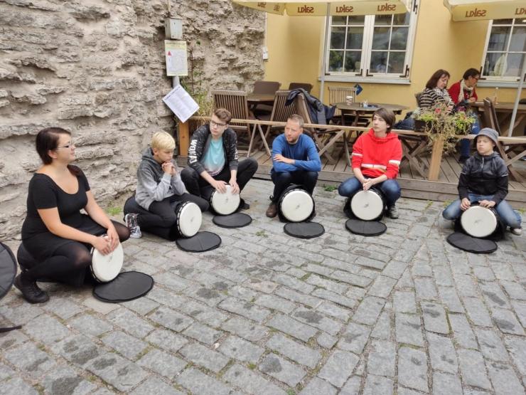 FOTOD JA VIDEOD: Tallinna vanalinna ümbritses mööda müüri ja torne kulgev muusika