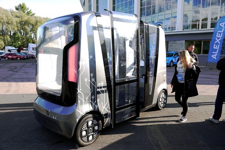 GALERII: Lauluväljakule kogunes rekordarv tulevikusõidukeid