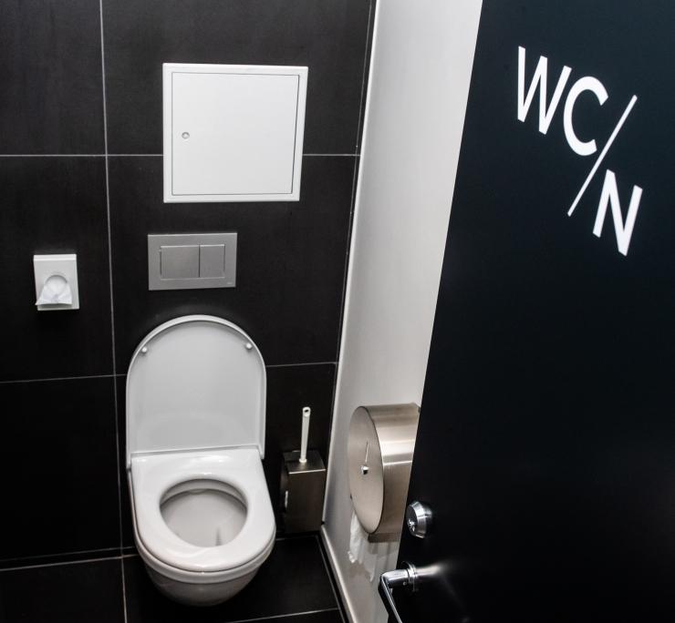 Süüdi mõistetud naftafirma eksjuht põgenes fotograafide eest tualetti