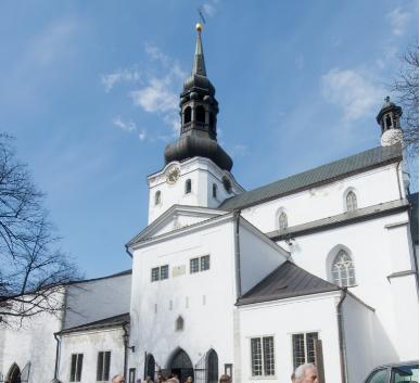Tallinna Toomkogudusele kingiti väärtuslik Estonia tiibklaver