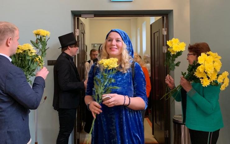 Pirital tänati õpetajaid lillede ja tordiga