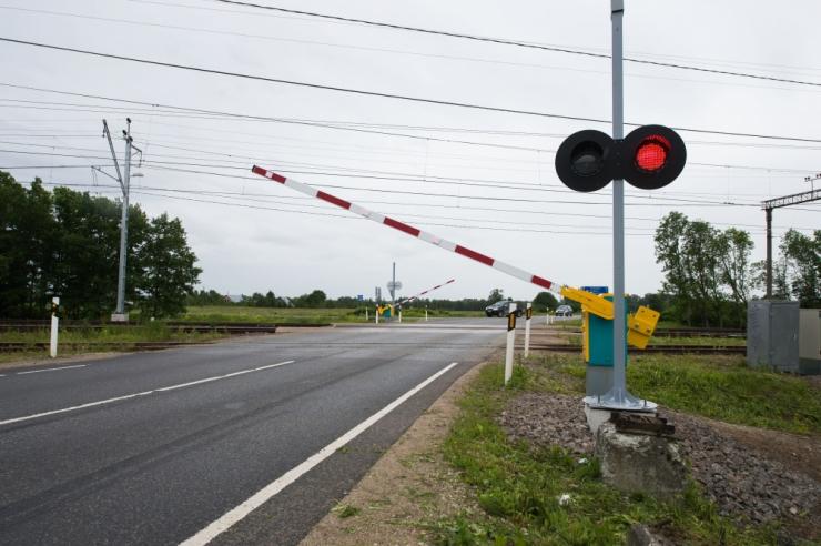 Autod ja ratturid rammivad üha sagedamini raudteeülesõitude tõkkepuid