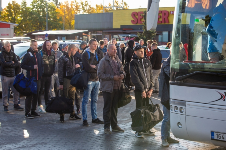 Riigikaitsekomisjoni arutas Kaitseväe ettepanekut ajateenijad õhtuti koju lubada